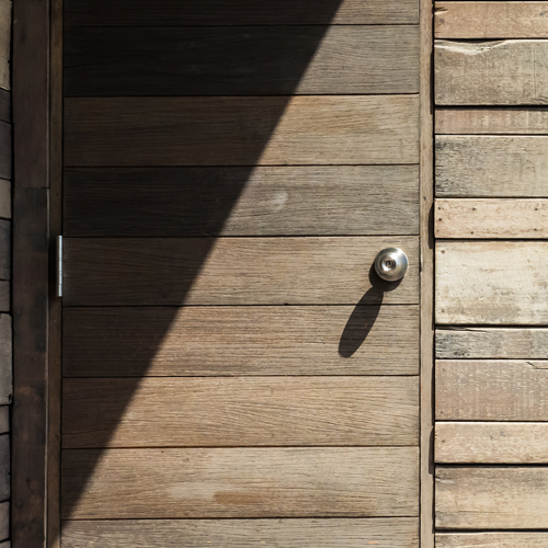 Une porte en bois